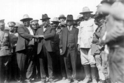 Alvaro Obregón con el general Joaquín Amaro junto a otros hombres