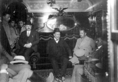 Alvaro Obregón con funcionarios civiles y militares en el vagón presidencial