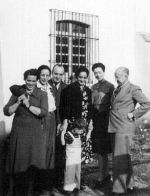 Familia en el jardín de una casa, retrato de grupo