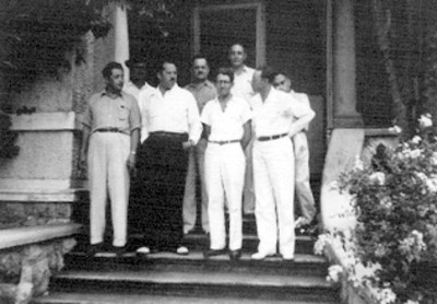 Felipe Teixidor y Efraín Buenrostro con otros hombres en jardín de una casa habitación