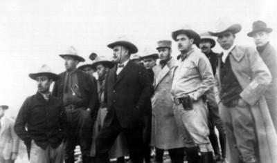 Alvaro Obregón y militares en las vías del tren