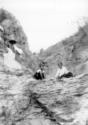 Mujeres lavan ropa sobre rocas, retrato
