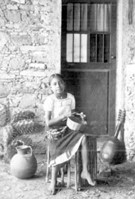 Niña con canasta sentada en un huacal, retrato