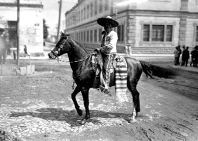 Charro a caballo por una calle, retrato