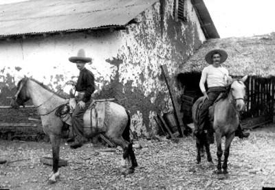 Hombres a caballo junto a una casa, retrato