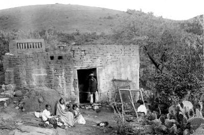 Familia sentada a fuera de su casa, retrato