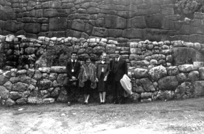 Visitantes en las ruinas de Tampu Machay, retrato