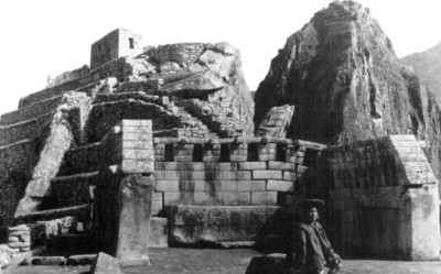 """Hombre con vestimenta indígena frente al """"Templo de Machu Picchu"""""""