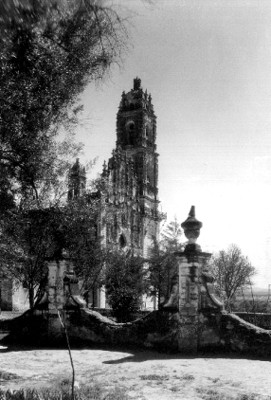 """Portada y atrio de la iglesia de San Francisco Javier en """"Tepotzotlán, Méx"""""""