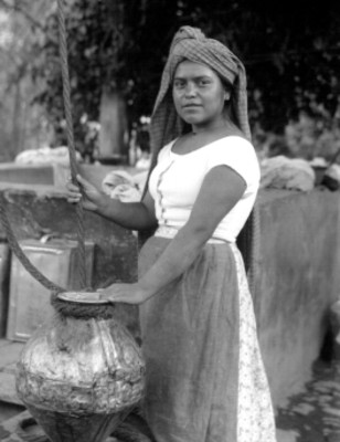 Mujer con cántaro con agua, retrato