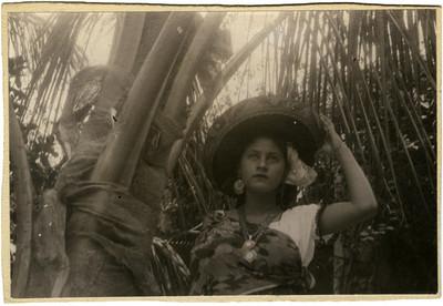 Mujer con sombrero folclórico