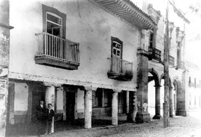 Hombre y joven en el portal de una casa