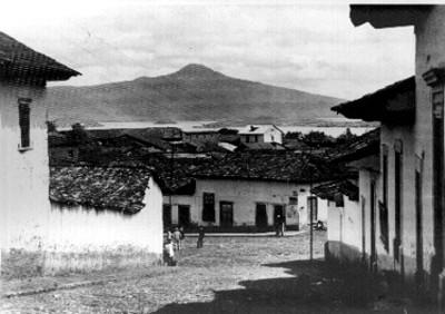 Vista parcial del pueblo y lago de Pátzcuaro
