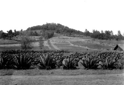 Vista panorámica de un cerro con una capilla en la sima