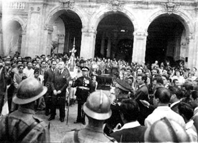 Ignacio Marquina, Alfonso Ortega, Silvio Zavala y acompañantes durante una ceremonia en Chapultepec