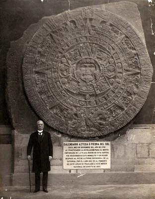 Don Porfirio Díaz de pie, al lado de la piedra del sol