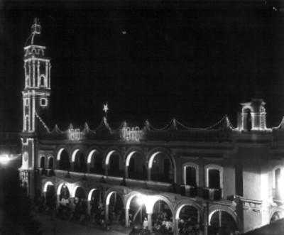 Edificio del ayuntamiento de Veracruz, iluminada en el Centenario de la Independencia