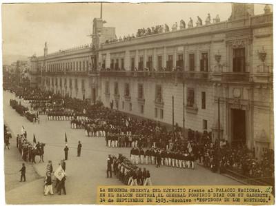 Porfirio Díaz y su gabinete en el Balcón Central del Palacio Nacional en el desfile de la 29 reserva del ejercito nacional