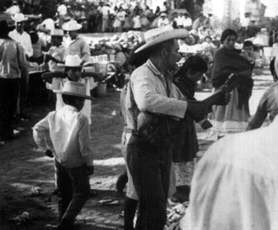 Músico toca en un mercado