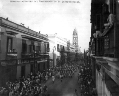 Desfile de centenario en las calles de la ciudad de Veracruz