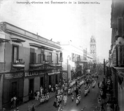 Contingente de jóvenes desfila por una avenida, con motivo del Centenario de la Independencia