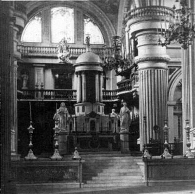 Altar de una iglesia, vista frontal