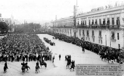 Desfile de cabos y sargentos de la 2° reserva del Ejército frente a Palacio Nacional