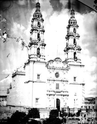 Vista general de iglesia de estilo barroco, neoclásico