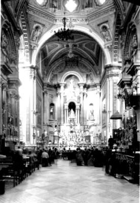 Feligreses oran ante el altar de una iglesia