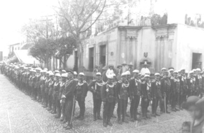 Ejercito de soldados formados en las calles de una ciudad
