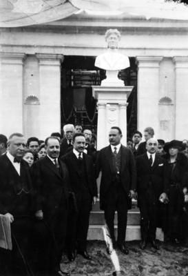 Obregón y Vasconcelos en compañía de otras personalidades inauguran la estatua de Dante