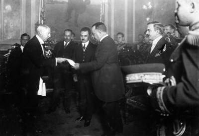 Obregón recibe documentos del embajador Estadounidense Mr. James Sheffield