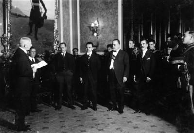 Obregón acude a una ceremonia con el embajador Estadounidense Mr. James Sheffield