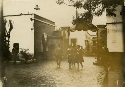 Porfirio Díaz camina acompañado de unos hombres