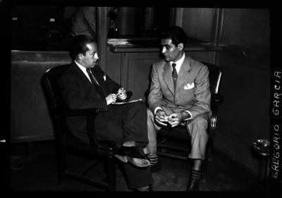 Gregorio García conversando con un periodista en la redacción de un periódico