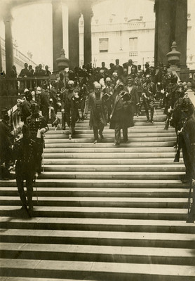 Porfirio Díaz en compañía de su estado mayor descienden por unas escalinatas