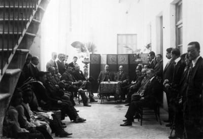 Álvaro Obregón sentado junto a Carlos B. Zetina en interior de fábrica
