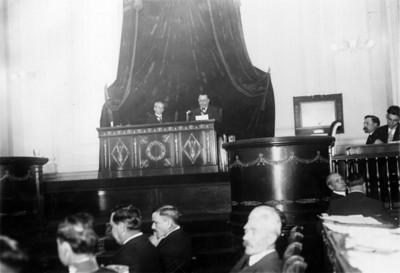 Alvaro Obregón lee discurso durante la apertura de sesiones extraordinarias en la Cámara de Senadores