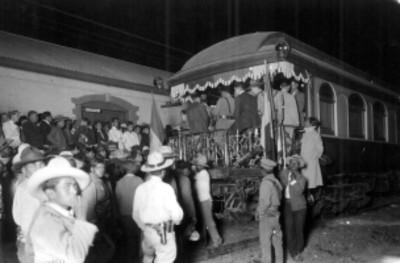 Grupo de personas concurren en la llegada del tren presidencial a la estación de Apizaco