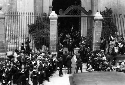 Obregón acompañado de funcionarios públicos salen de la biblioteca Ibero Americana