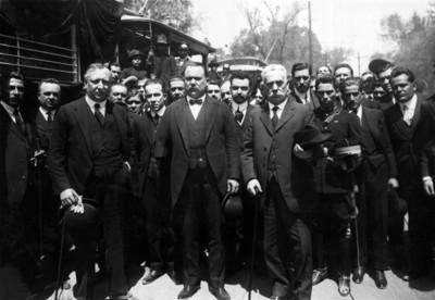Álvaro Obregón en el panteón francés en compañía de miembros del estado mayor