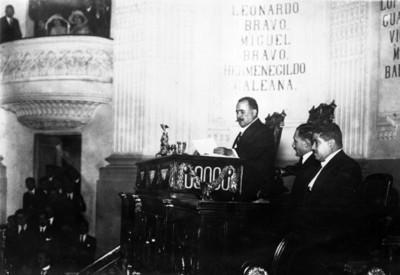 Álvaro Obregón dirige un discurso en el congreso