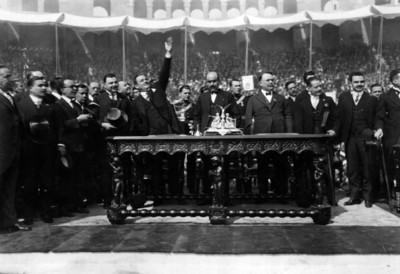 Plutarco Elías Calles agradece aclamaciones durante la protesta como presidente