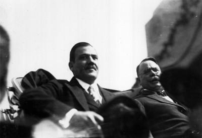 Plutarco Elías Calles y Alvaro Obregón a bordo de un carruaje