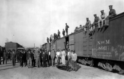 Funcionarios públicos y tropas frente un tren