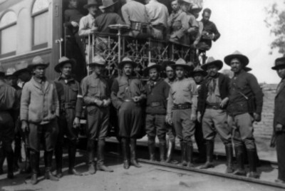 Comitiva presidencial frente al tren presidencial, retrato de grupo