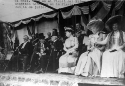 Díaz en compañía de miembros del estado mayor durante una ceremonia