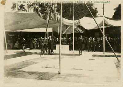 Díaz en la ceremonia de colocación de la primer piedra del monumento a la Independencia