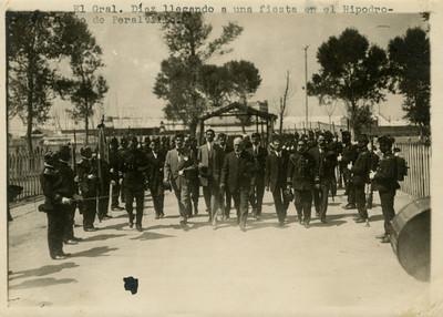 Llegada de Díaz al hipódromo de Peralvillo en compañía de miembros del estado mayor