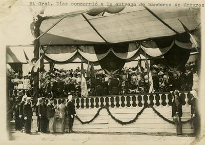 Díaz en la ceremonia militar de entrega de banderas